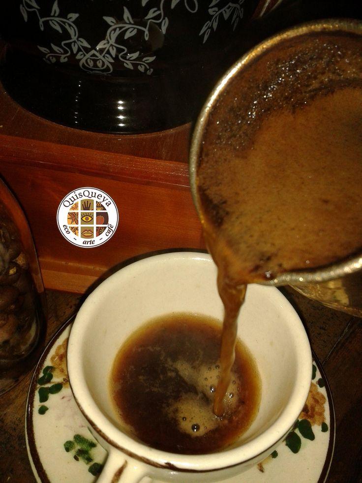 Hoy jueves a las 9pm se terminó la espera. Nos vemos en QuisQueya eco-arte-café para si así lo prefieren, degustar uno de los cafés que preparamos con café La FLOR de Suchitlán al momento de pedirlo. Por ejemplo, un café fuerte, el turco que requiere el tipo de molido de café muy fino, casi pulverizado y que precisamente le da su nombre, turco. Y una vez que hierve el agua en un recipiente de cobre, de nombre ibrik se agrega el café y se sirve en una taza pequeña. ¡Nos encanta!