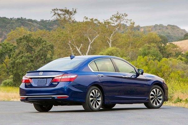 АВТО Новости. На днях состоялась премьера гибридной версии Honda Accord для американского рынка.  Гибридный силовой агрегат второго поколения объемом 2 л, работающий по циклу Аткинсона, в паре с электромотором выдают общую мощность в 212 л.с., что на 16 л.с. больше предыдущей версии. Среди внешних изменений более агрессивный передний бампер, алюминиевый капот, новые легкосплавные диски и фирменная LED-оптика спереди и сзади.  Accord является одним из бестселлеров на рынке США в течение 3…