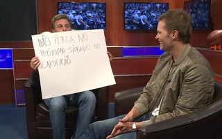 Tom Brady arrisca palavras em português ao lado de Luciano Huck