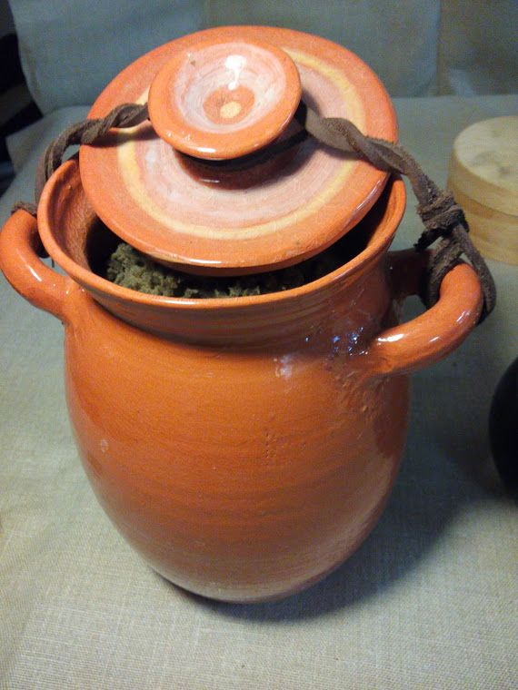 giara di ceramica con spugna per lavare i piatti.