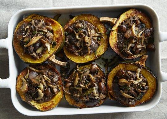 piatto vegano: zucca ripiena di funghi con lenticchie e castagne