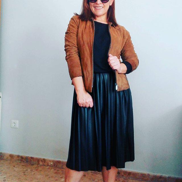 Hola Noviembre,  el tiempo aun nos permite looks sin medias,  para disfrutar de faldas midi que son tendencia.  #maryreconline  #fashion #style #ootd #instafashion #fashionblogger #look #girl #trend #streetstyle #instagood #instastyle #streetwear #picoftheday #40plusstyle #50plusandfabulous