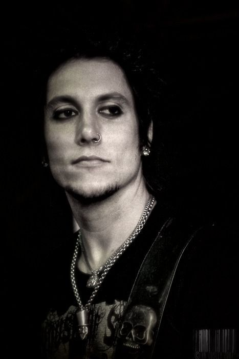 Synyster Gates<3......i must make babies with you.