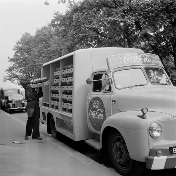 Erityisesti Coca-Colan kuljettamiseen suunnitellun kuorma-auton lastia puretaan. Helsinki 15.7.1957. Valokuvaaja tuntematon/Suomen valokuvataiteen museo/Alma Media/Uuden Suomen kokoelma