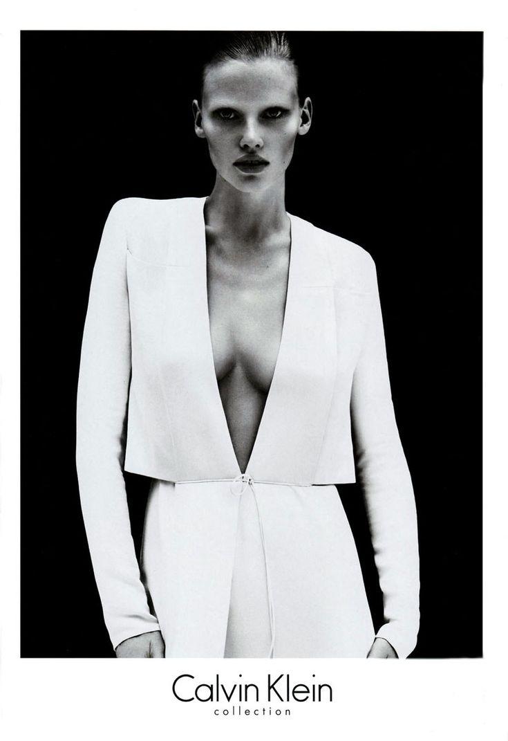 Reclame uiting: Ik vind de campagnes voor Calvin Klein met Lara Stone altijd heel effortless en clean. Weinig make-up, strakke lijnen en weinig kleur. Er is niet veel nodig om een sterk beeld neer te zetten. Bron: calvin klein collection
