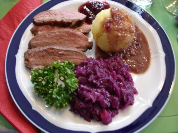 Rezept: Barbarie Entenbrustfilet mit Rotweinsauce, Apfel-Rotkohl und fränkischen Knödeln