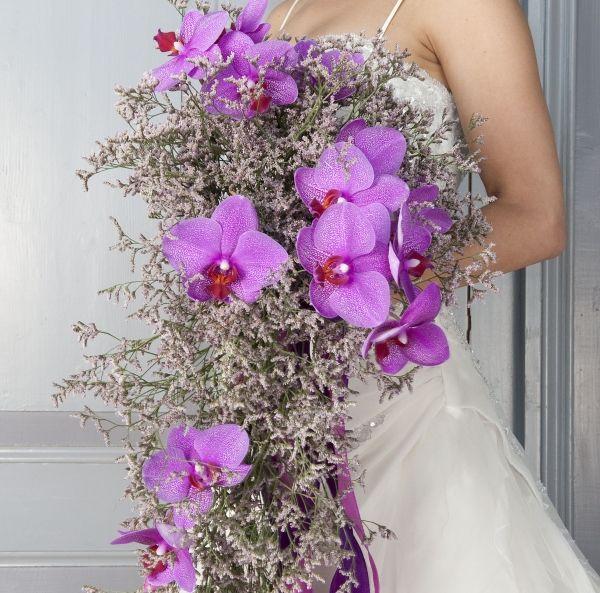 Bruidsboeket Waterval: hierbij worden lange bloemen met behulp van draad in een waterval geschikt.  U bereikt er een dramatisch effect mee.