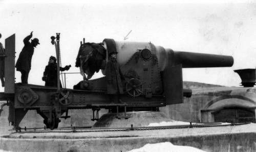 Mark Moody beside cannon at Vladivostok harbor fort. http://digitallibrary.usc.edu/cdm/ref/collection/p15799coll46/id/35
