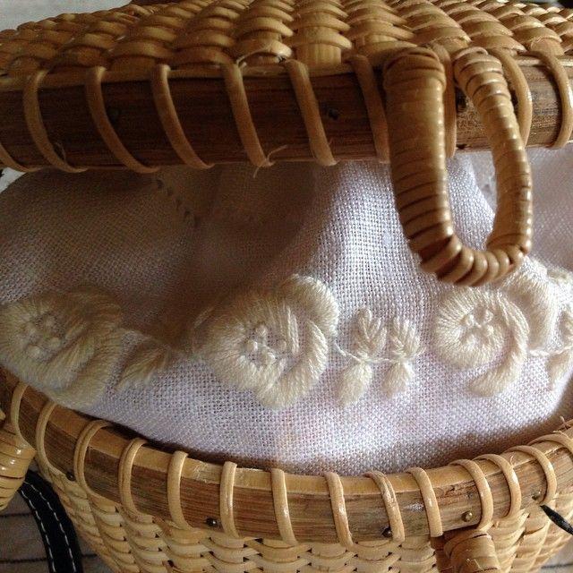 蓋を開けると刺繍の巾着。 贅沢で嬉しい気持ちになります ☆ #ナンタケットバスケット#刺繍#着せ替え内袋#刺繍