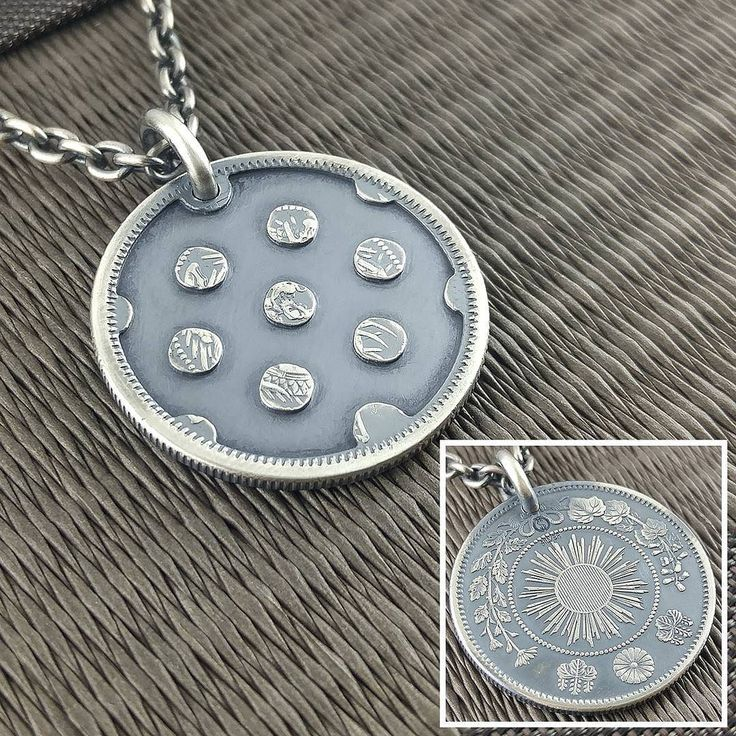 水玉模様との事で限られたスペースでそれっぽく見えるように玉のサイズと間隔で悩みましたが 旭日竜50銭銀貨の竜が描かれていた部分に球を7個残す事でドラゴンボールにして7個揃って神龍が現れてどんな願いも叶えてくれるという意味も含めたバランスで  #cnc #dragonball #polkadot #ball #coinjewelry #pendant #necklace #silvercoin #dot #dragon #japan #nippon #japanese