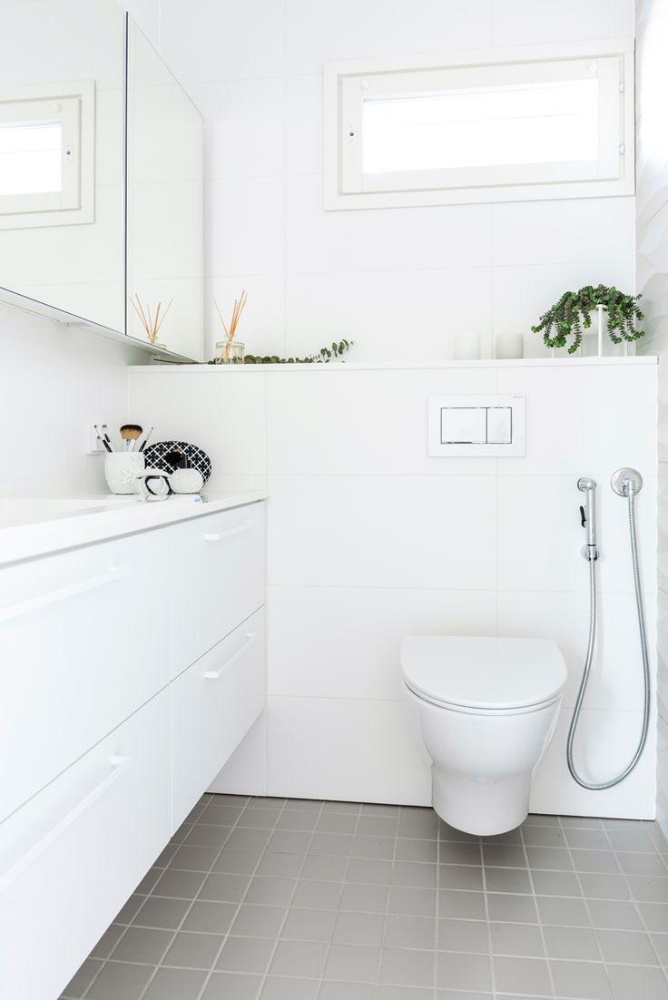 Hartman Koti Salmiakki. Seinässä Spectra valkoinen K300x600 mm, himmeä. Lattiassa Arkitekt Color grey 97x97 mm, matta. #pukkilalaatat #pukkila