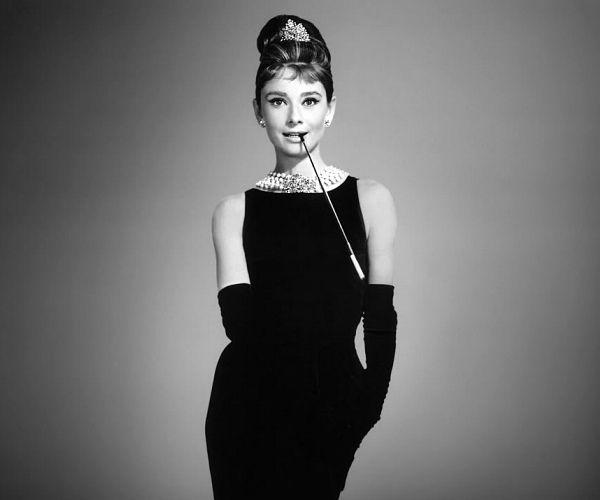 """A actriz mais elegante da sétima arte faria hoje 82 anos. Queria ser bailarina, mas o destino trocou-lhe as voltas e acabou por se tornar numa das artistas mais admiradas e premiadas do cinema. A eterna """"bonequinha de luxo"""" tornou-se uma das suas emblemáticas personagens. E o seu """"little black dress"""" nunca mais saíu de moda. http://obviousmag.org/archives/2011/05/audrey_hepburn_a_elegancia_veste_de_preto.html"""