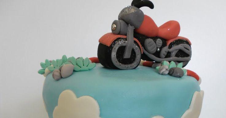 Gâteau moto     J'ai réalisée ce gâteau  pour les 25 ans de  Laurent.   Je me suis lancée dans la confection d'une moto 3D en pât...