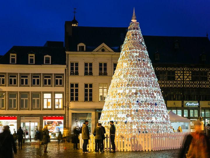 5,000 Porcelain Dishes Form a 30 Foot Christmas Tree | Modern ...
