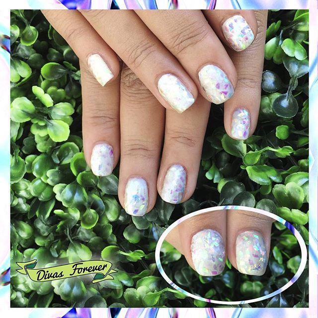 Un verdadero sueño los #nailart tornasolados que hace nuestra @the_queen.nailartis  Todo en #esmaltepermanente☝ ⚪Nota: En directo les juramos que el efecto era muchísimo más impresionante.  #shatteredglass #shatteredglassnails #iridescent #tornasol #tornasolado #glass #nailartchile #nails #nailschic #lovemanicure #colorgel #nailsalon #nailsdesign #nailgasm #nailstagram #diy
