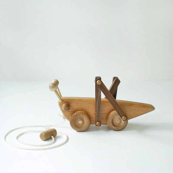 Wooden Grasshopper Cricket Pull Toy / sprikhaan