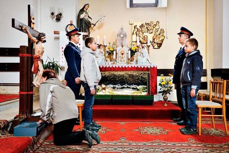 Biela sobota 2012, Liptovská Teplička: Požiarnici spolu s chlapcami strážia Kristov hrob. Ľudia sa k nemu modlia a chodia mu bozkávať nohy.