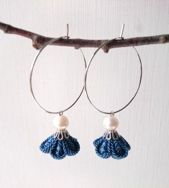 琉球藍染め織り作家の布で作ったつまみ細工のさがり花。*やんばる(沖縄北部)で作られた琉球藍で糸を染め、花織り(沖縄の花柄の織り)した、作家さんが一織り一織り心を込めて織り上げた作品です。リングピアスに揺れる淡水パールの清楚な仕上がりです。母の日のプレゼント、和装にもお勧めです。サイズ:花飾り直径15mmx10mm              淡水パール直径6mm              ピアスリング直径30mm