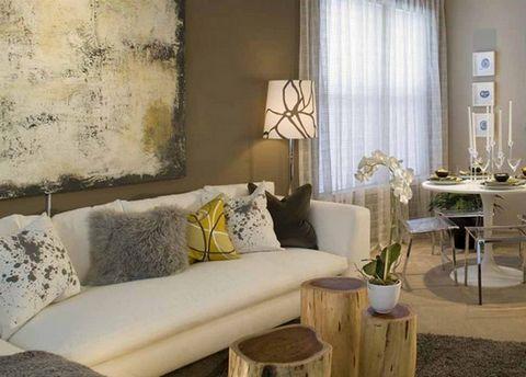 Комбинация. Любой из перечисленных вариантов можно скомбинировать с другим или даже с несколькими. Например, для декора дивана можно использовать одновременно подушки под цвет фона, в контрастном цвете и черно-белые. Удачная комбинация подушек разных цветов и фактур всегда привлекает внимание, делая интерьер элегантным и демонстрируя хороший вкус хозяев.