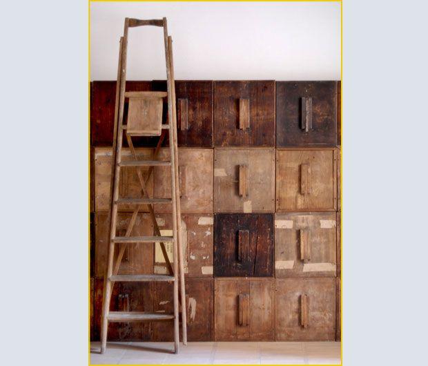 Un dettaglio dei contenitori in legno che compongono il mobile a parete. In origine erano urne elettorali che l'architetto si è aggiudicato a un'asta fortunata