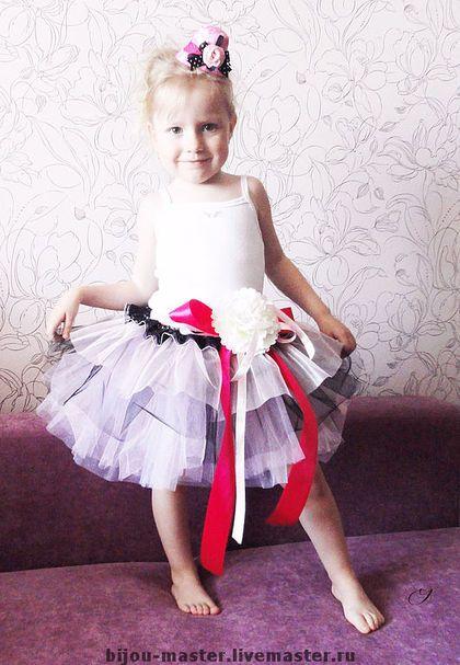 `МАЛИНОВЫЙ ЩЕРБЕТ` - комплект для девочки.. Это отличный яркий и праздничный комплект для малышки. Юбочка сшита из множества слоев фатина розового, белого и черного цветов. Пояс украшен черным кружевом атласными лентами и съемным цветком из ткани (цветок может быть и брошкой и заколкой).