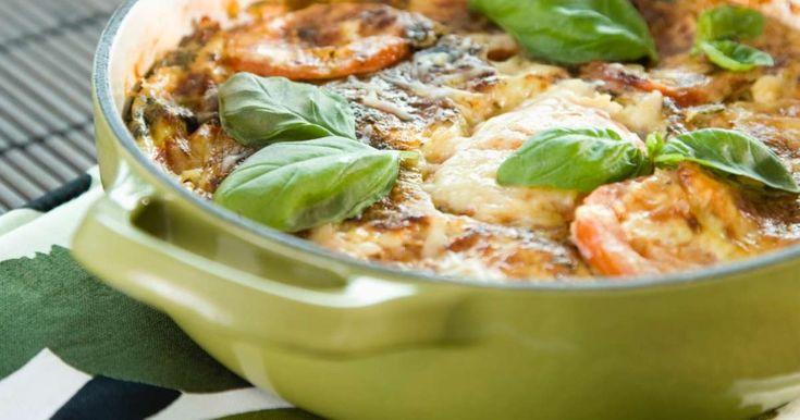 Munakas valmistuu kätevästi uunissa! Mausta uunimunakas meheväksi pekonilla ja tomaatilla.