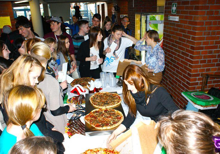 Pizza cieszyła się ogromnym zainteresowaniem, a niektórzy (szczęśliwcy) mogli podejść do degustacji kilkukrotnie - jeśli tylko zdołali ;-)  #banolli #foodevent