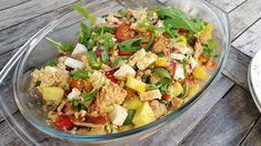 Recept voor couscous salade met geblakerde kip, rode ui, cherrytomaten, paprika, tomaat, komkommer, rucola, mango en feta.