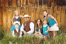 Family poses. Family photos. Western photography. Country photo. KariMariePhotography
