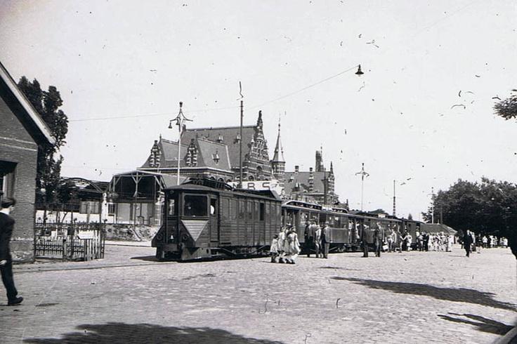 Deze foto is uit een grimmiger periode: zondag 6 augustus 1944 op het Stationsplein. Het station toont nog alle sporen van het bombardement op 22 februari. De op houtgas rijdende dieseltram is waarschijnlijk de rit van 13:45 naar Gennep en wordt bestormd.