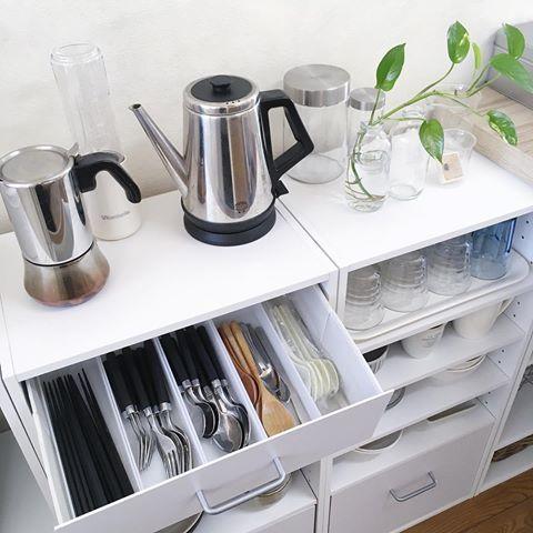 . ▫️kitchen▫️ カラボ食器棚✧︎*。 上段の引き出しにカトラリーを収納(^^) . 仕切りに使っているのはダイソーのケースです。 お箸はキャンドゥ、黒いフォークやスプーンはFrancfranc♡ フォークやスプーンは劣化して来たのでそろそろ買い換え時です。 . . #カラーボックス #キッチン #キッチン収納 #キッチンカウンター #食器棚 #カトラリー #見せる収納 #収納 #収納棚 #フランフラン #francfranc #cando #キャンドゥ #100均 #ダイソー #シンプルインテリア #賃貸インテリア #ホワイトインテリア #モノトーンインテリア #引き出し #引き出しの中 #二人暮らし #ニトリ #塩系インテリア #kitchen #kitchendecor #organize #organized #declutter #simplelife @remimin0121