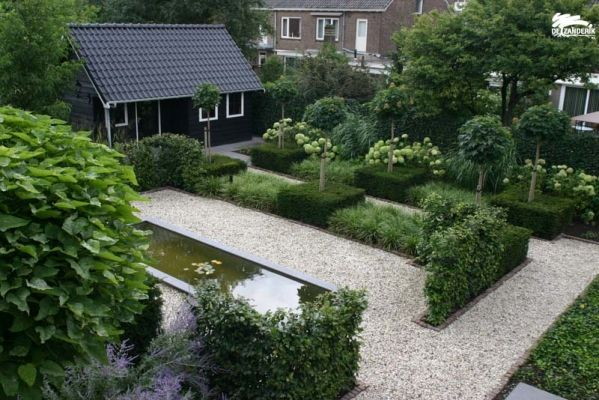 Mooie groene tuin. Leuke combinatie met bomen, haagjes , haagblokken en losse beplanting.