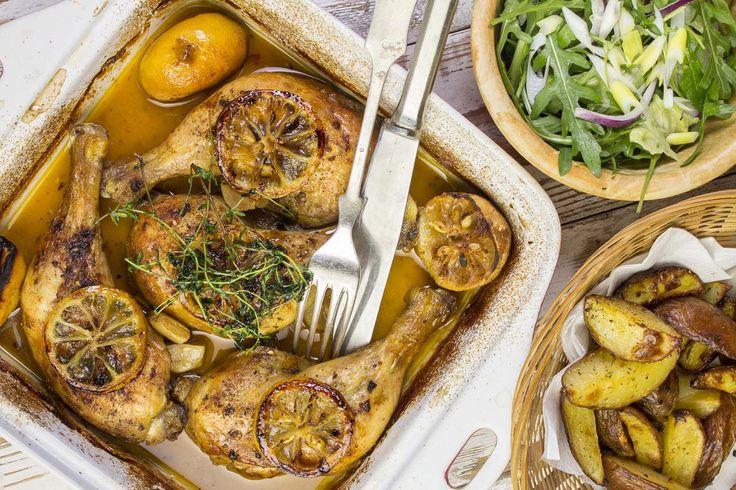 A krumplival, kezdd, legalább 5 percet forrjon a vízben. Addig mosd le és fűszerezd be a húst. S míg az egész szépen megsül a tepsiben, dobd össze a salátát és teríts meg! Fotó: Markovics Gábor