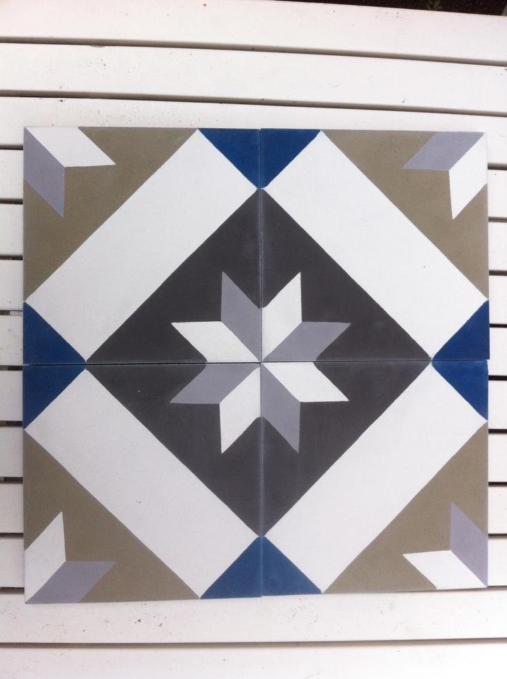 Da har flisene fra Far-Far kommet. Samme mønster som det originale gulvet, men med skeddersydde farger. Fett! Sjekk far-far.no