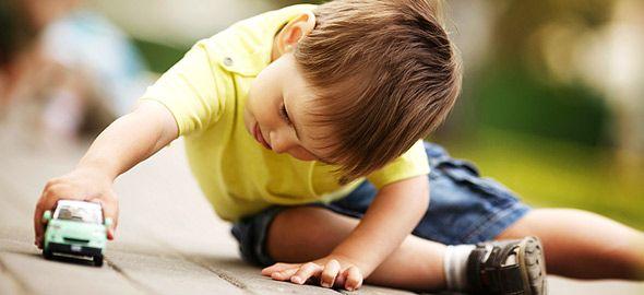 Από την αέναη κινητικότητα μέχρι την αδιανόητη εμμονή με τα αυτοκίνητα, δείτε 20 πράγματα που θα θέλατε να ξέρετε για το πώς είναι να μεγαλώνεις αγόρι.