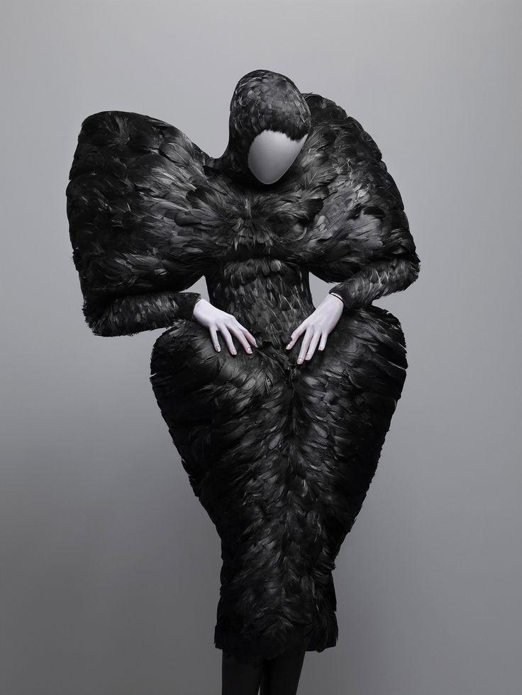 «Здесь кровь под каждым слоем кожи»  Хочу обратиться к творчеству такого Большого Мастера, как Alexander McQueen  Платье из коллекции «Рог изобилия», осень / зима 2009-10