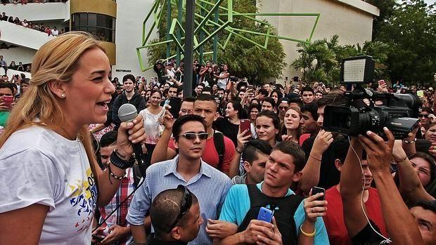 Lilian Tintori, esposa de Leopoldo López  El exfiscal venezolano que acusó a López pide la anulación del «juicio político»http://www.abc.es/internacional/abci-fiscal-venezolano-acuso-lopez-pide-anulacion-juicio-politico-201510271828_noticia.html