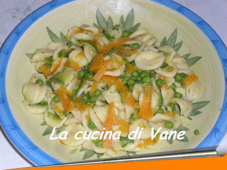 Un piatto dai colori estivi e dal sapore delicato. Ingredienti per 4 persone: 500 gr di orecchiette 2 zucchine romanesche zucca piselli primavera cipolla f
