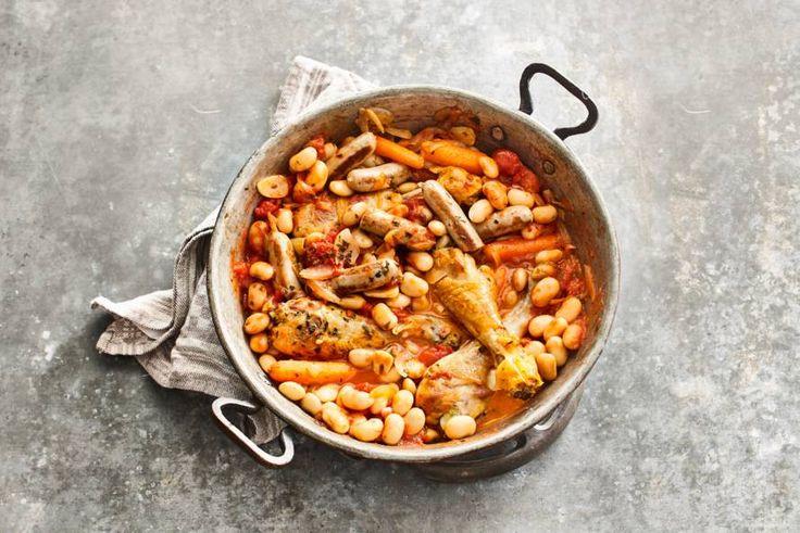 Cassoulet (Franse stoofschotel) met kip, worst en limabonen - Recept - Allerhande