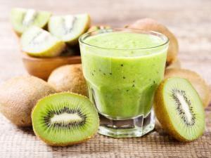 Składniki:      1 duży banan lub 2 mniejsze     3 kiwi (najlepiej miękkie i słodkie)     1 łyżka soku z cytryny     ½ szklanki ostudzonego naparu z zielonej herbaty     opcjonalnie 1 łyżka miodu