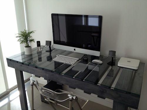 Un bureau en palette avec un plateau en verre http://www.homelisty.com/meuble-en-palette/