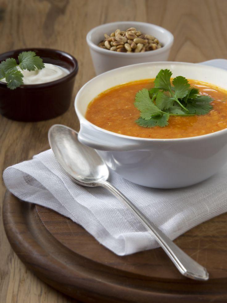 Een Indiase soep waarmee je je even in India waant. Dit gerecht maak je met rode linzen. Lekker met een scheutje yoghurt.