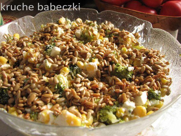 kruche babeczki: Sałatka z brokułem, fetą, kukurydzą i prażonym sło...