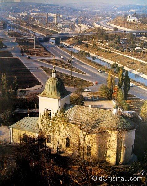 Мазаракиевская церковь — памятник архитектуры XVIII века. Самое старое в городе Кишинёве архитектурное сооружение (1752), фото 80-х годов / #Chisinau #Moldova