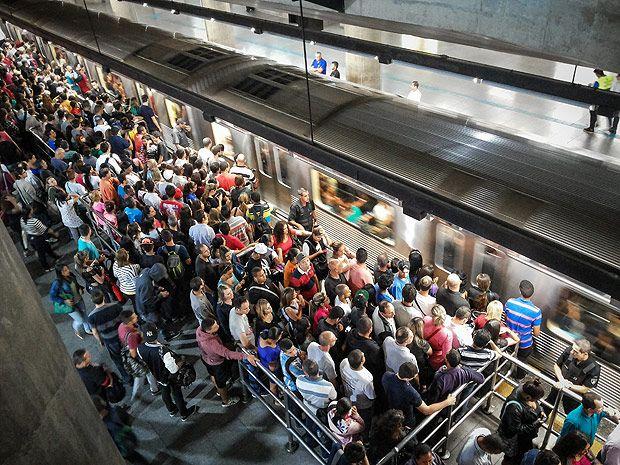 SAO PAULO, SP, BRASIL, 17-04-2015 - METRO/LOTADO - LINHA CORINTHIANS ITAQUERA - Estacao de metro da Se lotada. Passageiros embarcam no Sentido Corinthians-Itaquera da linha vermelha.(Foto: Ronny Santos/Folhapress), AGO-CIDADES ***EXCLUSIVO AGORA *** EMBARGADA PARA VEICULOS ONLINE *** UOL E FOLHA.COM CONSULTAR FOTOGRAFIA DO AGORA *** FOLHAPRESS CONSULTA FOTOGRAFIA AGORA *** FONES 3224 2169 * 3224 3342 ***
