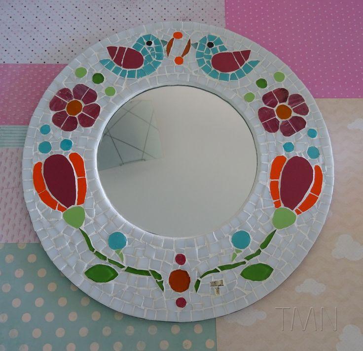 FRETE GRÁTIS!!!! <br> <br>Quadro de Mosaico e Espelho Alegria. <br>Peça Única, Design exclusivo, feito pela mosaicista Tainah Neves. <br> <br>Mosaico feito à mão com Pastilhas de Vidro, Azulejo, Pastilhas Cristal, Pastilhas de Cerâmica importadas. <br> <br>Acompanha um lindo envelope protetor de feltro. <br> <br>Dimensões: 33,5 cm de diâmetro, espessura 1,3 cm. <br>Espelho: 17 cm de diâmetro.