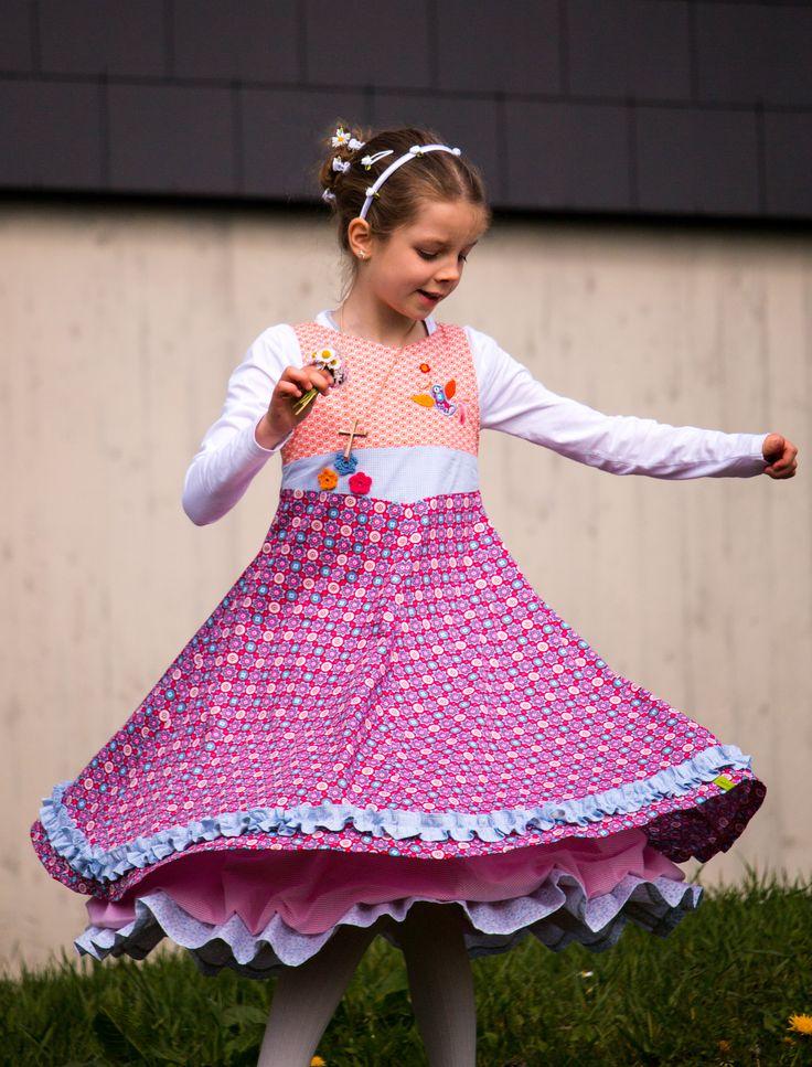 """Das Kommunionkleid für meine Große - genäht aus wunderschönen Hilco Popeline Stoffen nach dem Schnitt """"Unique"""" von Farbenmix. Das Festtagskleid dreht sich ganz wunderbar und eignet sich hervorragend als Kleid für besondere Anlässe. Auch als Einschulungskleid ist es absolut perfekt !   #Unique #Farbenmix #Drehkleid #Kommunionkleid #Einschulungskleid #Häkelblümchen #kunterbunteskleeblatt #huups #hamburgerliebe"""