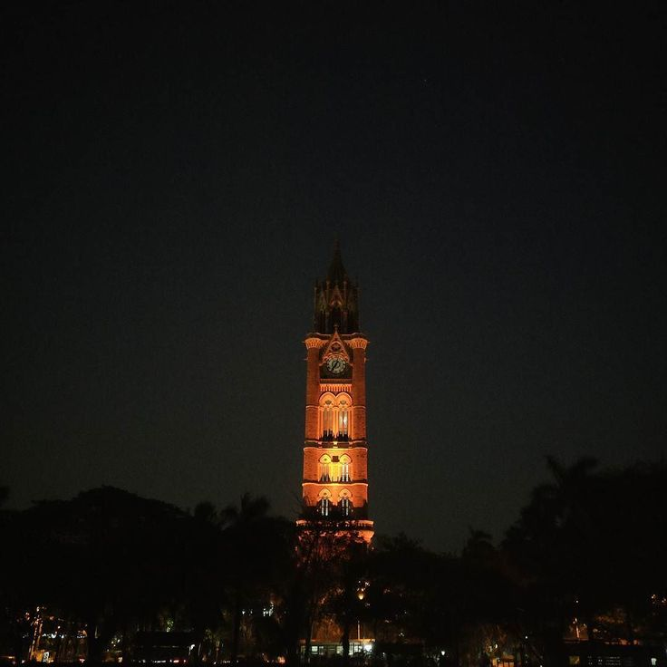 The Rajabai tower is a clock tower in Mumbai built during the British Regime. The tower was built by Sir Gilbert Scott who modeled it on the Big Ben in London. #mumbaidiaries #darlingweekend