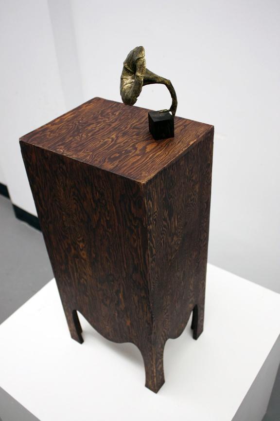 Sculpture réalisée à l'hiver 2013 par Fannie Métivier Pinard, étudiante de 2e année. La problématique à traiter était de mettre en valeur une oeuvre miniature par un dispositif de présentation adapté.