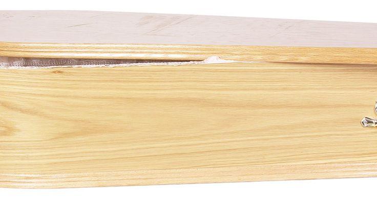 Cómo decorar un ataúd de cartón. Los ataúdes de cartón son un lienzo en blanco que se puede personalizar para una representación teatral o una casa embrujada de Halloween. La planificación es el primer paso para la decoración de tu ataúd de cartón. Decide si prefieres la apariencia de un ataúd realista que cuente con tablas de pino y cabezas de clavos, lo que es ideal para las ...